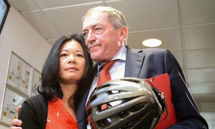 Salzburgs Bürgermeister Heinz Schaden (SPÖ) und Ehefrau Jianzhen vor dem Prozess.