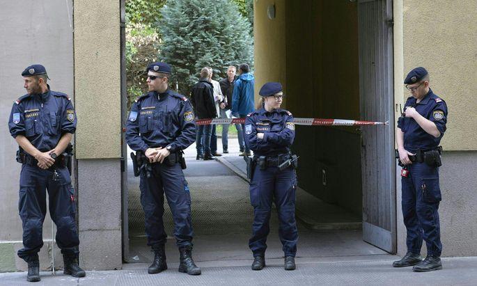 Tatortsicherung: Montagfrüh untersuchten Ermittler den Tatort in der Puchsbaumgasse in Wien-Favoriten.