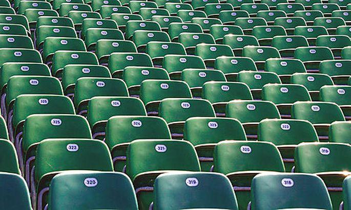 Leere Sesselreihen