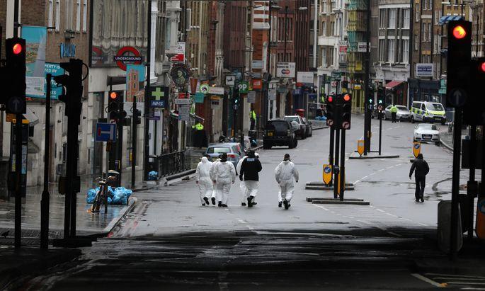 Abgeriegelt: Polizeiforensiker bei ihrer Arbeit entlang der Straße von der London Bridge zum Borough Market, wo am Samstagabend sieben Menschen bei einem Anschlag getötet wurden.
