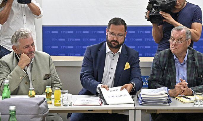 FPÖ-Chefideologe Andreas Mölzer, Generalsekretär Christian Hafenecker und Experte Wilhelm Brauneder bei der Präsentation des vorläufigen Historikerberichts