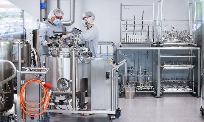 Archivbild aus der Produktion des Impfstoffs für Biontech/Pfizer bei der Firma Allergopharma in Reinbek bei Hamburg.