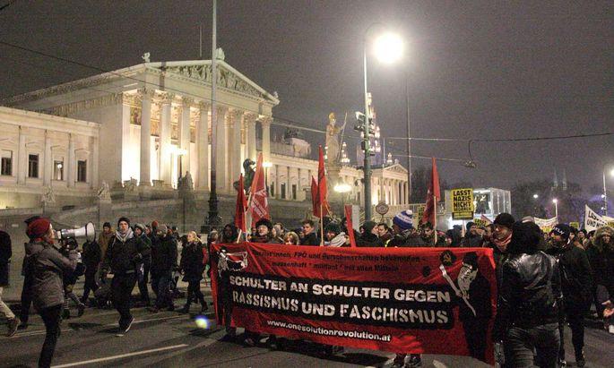 Studenten, Familien, Anzugträger, Gewerkschafter, Altkommunisten oder ein paar Autonome in Schwarz: Ein vielfältiger Protest ohne Zwischenfälle.