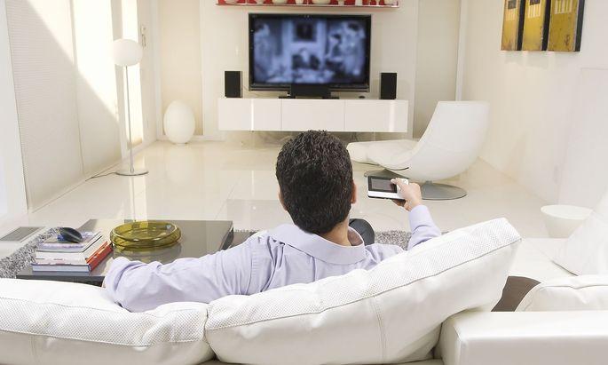 Man Watching TV,model released, Symbolfoto,property released PUBLICATIONxINxGERxSUIxAUTxONLY 03C01774