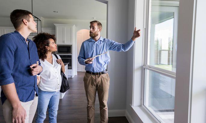 Bevor ein Makler daran- gehen kann, eine Immobilie zu vermitteln, muss er zuerst den Auftrag dazu erhalten.