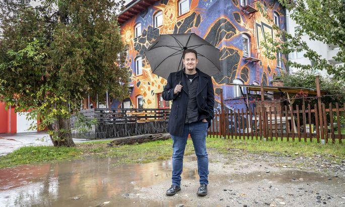 """Kein Metal-Gruß fürs Foto: """"Ich bin als Forscher hier"""", sagt Kulturhistoriker Peter Pichler vor dem Grazer Jugendclub Explosiv."""