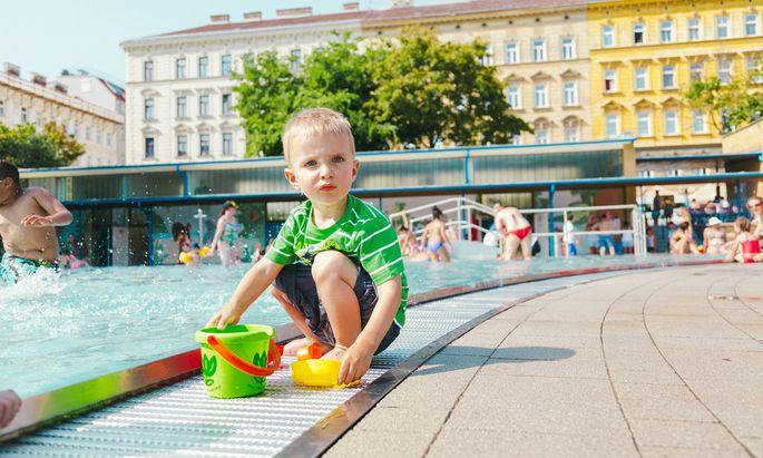 Den dreijährigen Felix macht das Wasser noch ein wenig skeptisch – aber zum schnellen Abkühlen reicht das kleine Familienbad in Penzing.