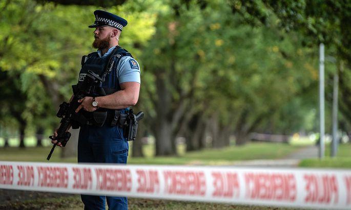 Archivbild: Ein neuseeländischer Polizist bei einer Moschee in Christchurch