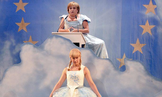 Gibt Maria Happel (oben) Fortuna oder Merkel? Katharina Knap spielt hier jedenfalls Brillantine.