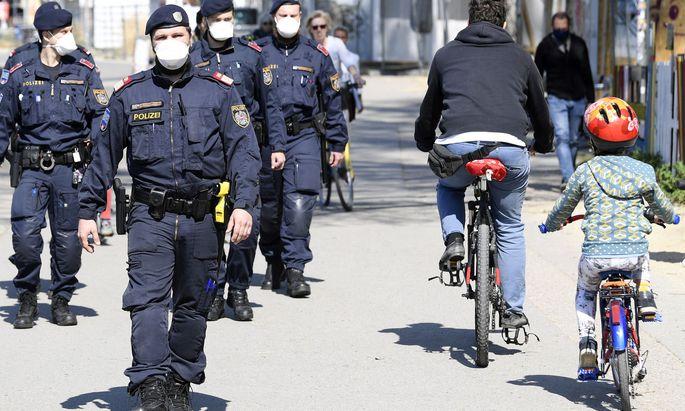 Polizeibeamte führen Aufklärungsgespräche und Personenkontrollen durch