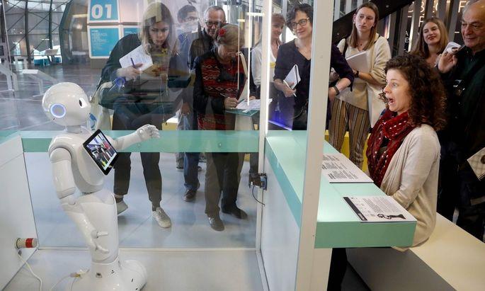 Roboter können mit ihren Leistungen verblüffen, wie hier bei einer Ausstellung in Paris.
