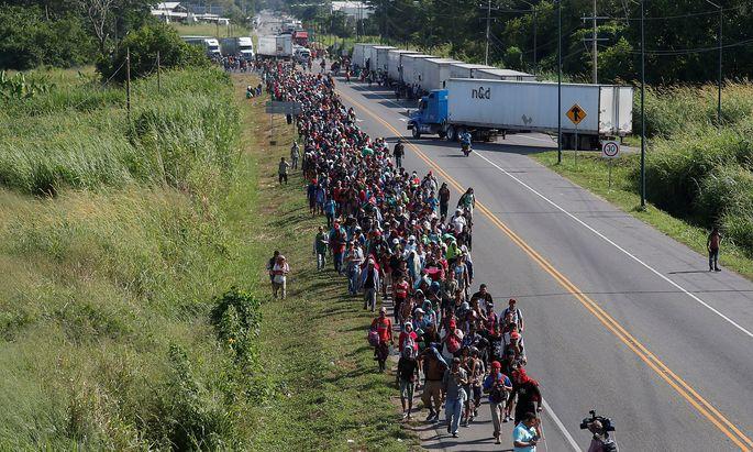 Migranten machen sich auf den Weg durch Mexiko in Richtung USA.