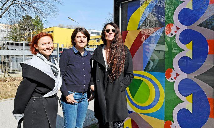 Per-Albin-City-Light mit KÖR-GF Martina Taig (links) und den Kuratorinnen Doris Krüger (Mitte) und Ilse Lafer (rechts).