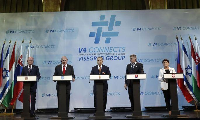 Vereint in ihrer Brüssel-kritischen Haltung: Der israelische Ministerpräsident Netanjahu (2. v. links) und die vier Regierungschefs der Visegrád-Staaten.