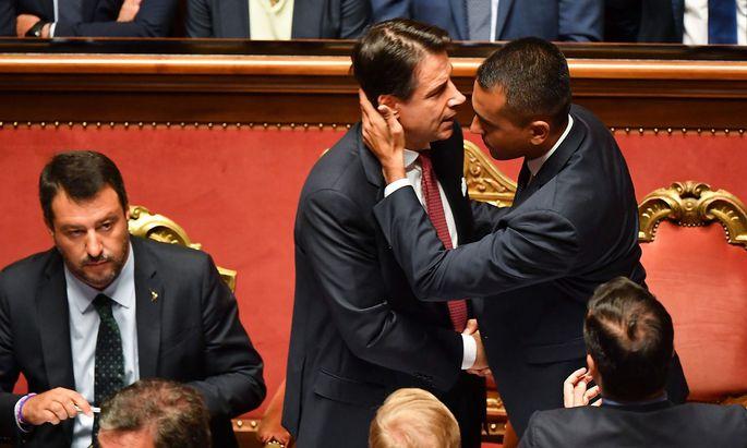 Ein Bild von vor einer Woche, als die alte Regierung endgültig zerbrach: Giuseppe Conte (Mitte) bleibt wohl Ministerpräsident, Luigi di Maio (re.) bleibt in der Regierung. Matteo Salvini (li.) muss auf Neuwahlen warten.