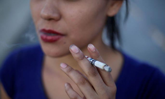 Rauchen gehört zu den stärksten Risikofaktoren für Herzkreislauferkrankungen. Gefährdet sind vor allem junge Frauen.