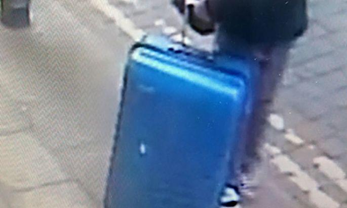 Die Polizei sucht nach diesem blauen Koffer, den der Attentäter von Manchester bei sich hatte.