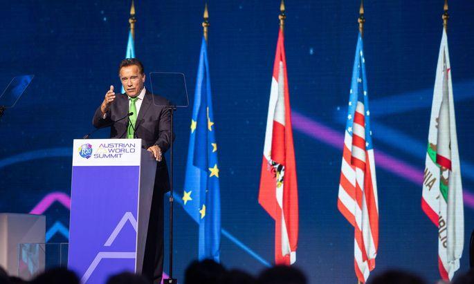 """Der Terminator mit grüner Krawatte: Arnold Schwarzenegger beim """"R20 Austrian Summit"""" in der Wiener Hofburg."""