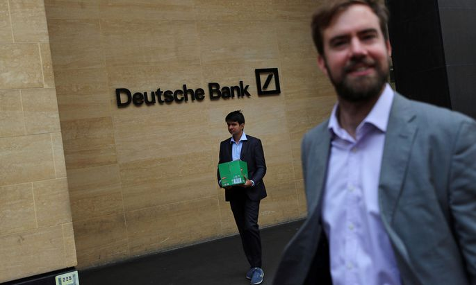 Tag eins nach der Verkündigung der Radikalkur. Ein Mann verlässt mit einer Schachtel ein Gebäude der Deutschen Bank in London.