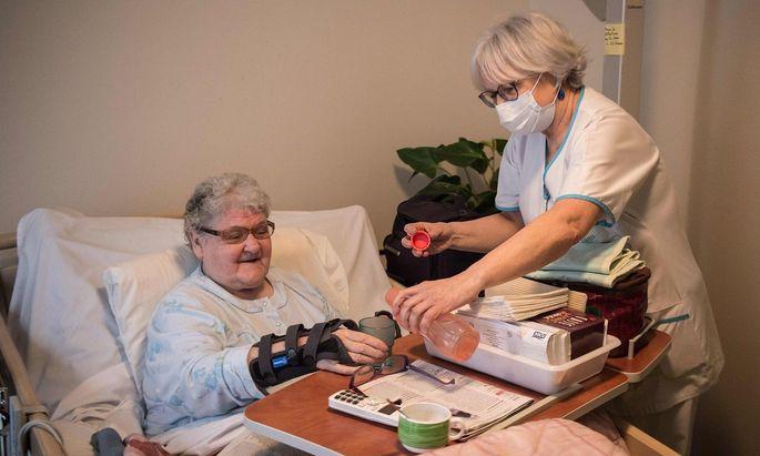 Bei Tätigkeiten in Krankenhäusern muss der Arbeitgeber Schutzmasken bereitstellen.