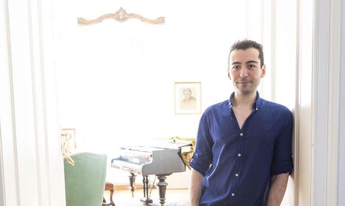 Pianist Emre Yavuz musste monatelang auf eine Verlängerung seines Visums warten, alle Nachfragen bei der MA 35 blieben unbeantwortet. Kein Einzelfall, durch Corona kam es zu Verzögerungen.