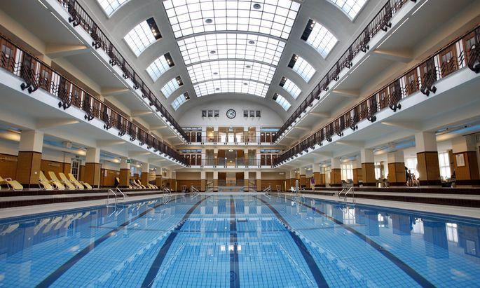 Die Schwimmhallen in Wiener Bädern darf man nicht nackt betreten – in den Garderoben darf man aber sehr wohl unbekleidet sein.