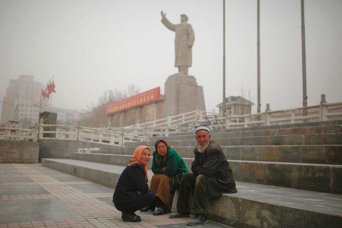 Verfolgte Minderheit: Uiguren in der Stadt Kashgar – im Hintergrund eine Statue Mao Zedongs.