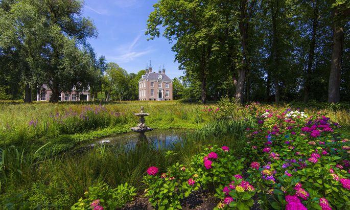 """""""Verwildert"""" gestalteter Garten samt Springbrunnen und Sonnenterrasse in der Nähe von Amsterdam (links), Hamilton Terrace in London (rechts)."""