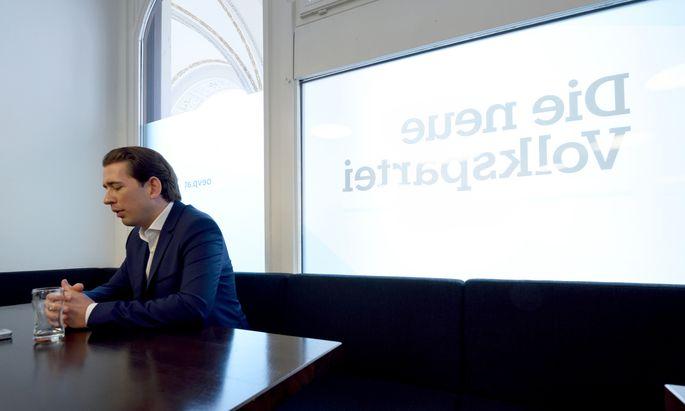 """Sebastian Kurz am Dienstag in der ÖVP-Zentrale: """"Ich bin ein hundertprozentig überzeugter Demokrat und nehme die Entscheidung des Parlaments hin."""""""