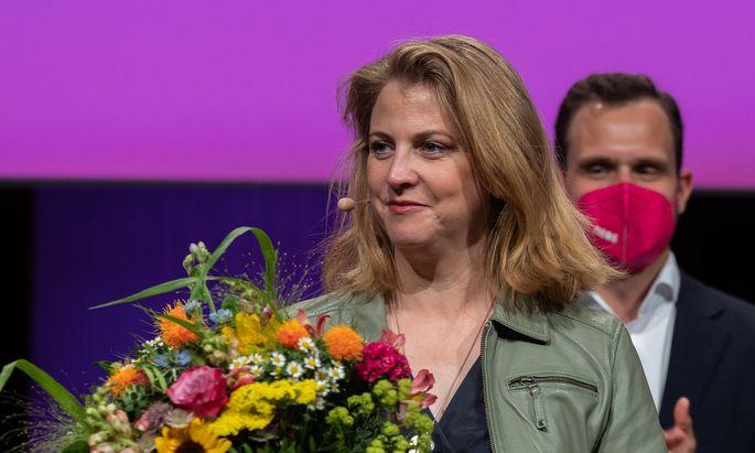 Beate Meinl-Reisinger erhielt bei der pinken Mitgliederversammlung im Design Center Linz 92,9 Prozent der Stimmen