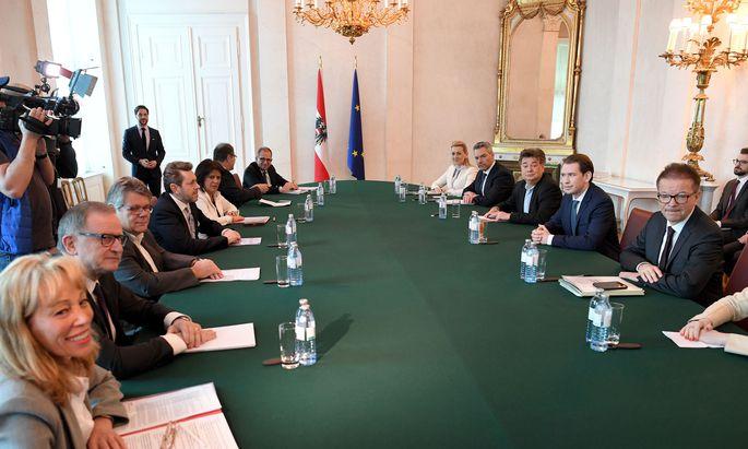Vertreter der Sozialpartner (links im Bild) berieten mit der Regierung über wirtschaftliche Maßnahmen in der Coronakrise.
