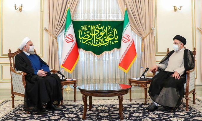 Auf Hassan Rohani (l.) folgt mit Ebrahim Raisi (r.) ein knallharter Konservativer an Irans ziviler Staatsspitze. Damit wird die Machtübernahme der Hardliner im Land komplett.