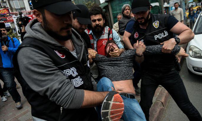 Polizei stoppt Demonstranten in Istanbul.