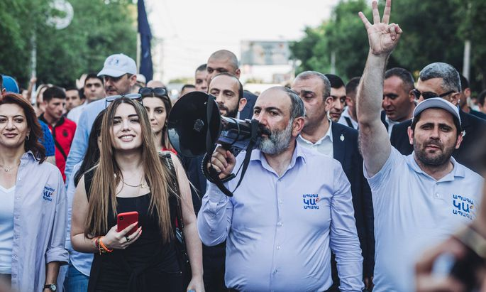 Premier Paschinjan – hier bei einer Kundgebung in Jerewan – muss um Wahlerfolg fürchten.