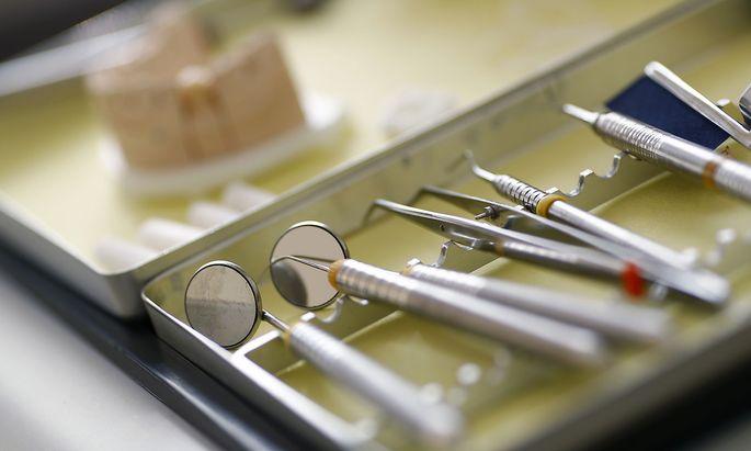 Archivbild. Amalgam wird als Zahnfüllung für manche Personengruppen verboten.