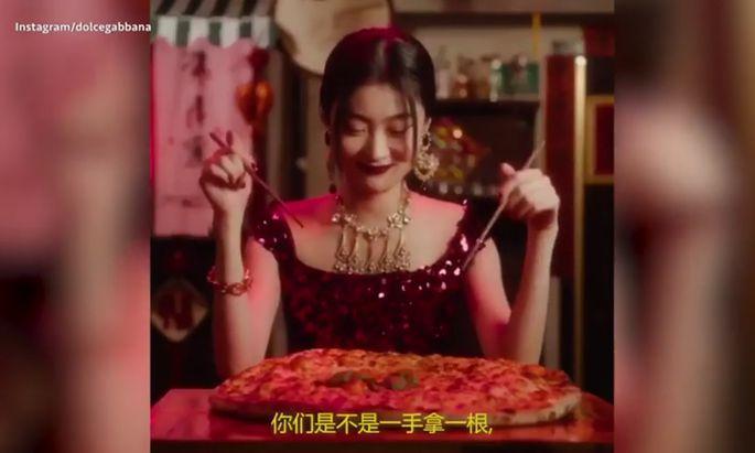In dem Marketingvideo ist ein chinesisches Model zu sehen, das versucht, italienische Gerichte wie Pizza mit Stäbchen zu essen.
