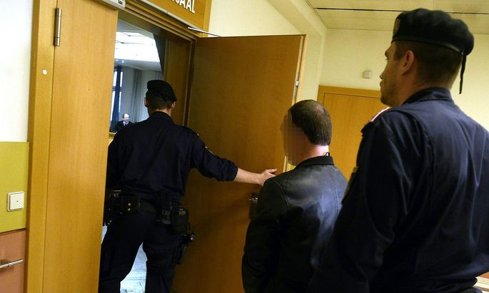 WIEN: PROZESS WEGEN MORDES '46-JAeHRIGEN IN WIENER PARK MIT FAUSTDICKEM AST ERSCHLAGEN'
