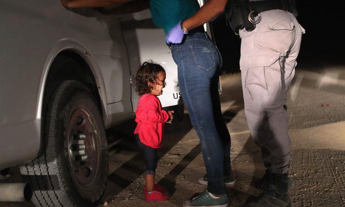 Die zweijährige Yanela weint verzweifelt, als sie und ihre Mutter, Sandra, an der Grenze von einer US-Patrouille aufgegriffen werden.