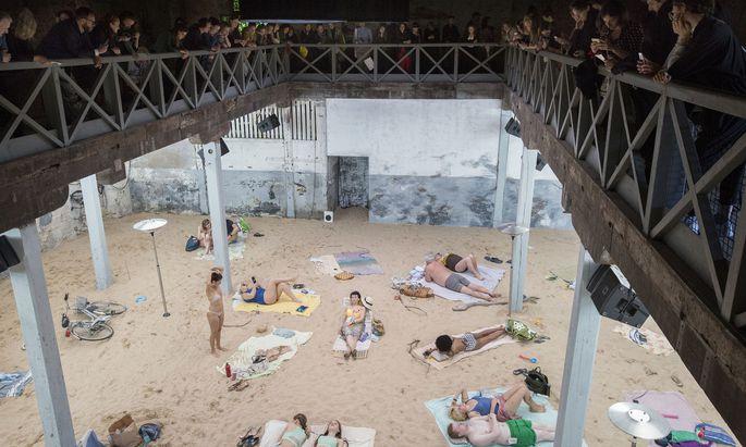 """Das Strandleben als Spektakel: Mit der klimakritischen Opern-Performance """"Sun & Sea"""" in einem alten Marinegebäude in Venedig gewann Litauen 2019 den Goldenen Löwen für den besten Biennale-Pavillon."""