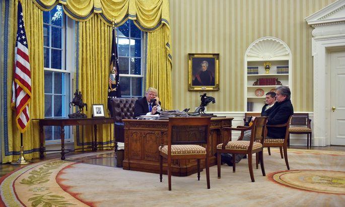 Ohne sie geht nichts: Wenn Donald Trump mit ausländischen Staatsführern telefoniert, sind Stephen Bannon (rechts) und Michael Flynn stets dabei.
