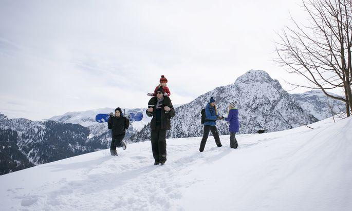Ein Skiurlaub mit Kindern ist teuer. Die türkis-grüne Regierung will den Familienbonus von 1500 auf 1750 Euro pro Kind erhöhen.