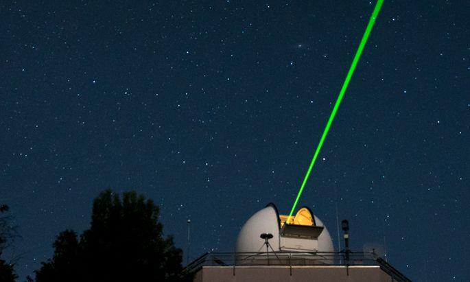 Viel Schrott kreist um die Erde. Dieser Laser hilft dabei, die Dinge zu orten.