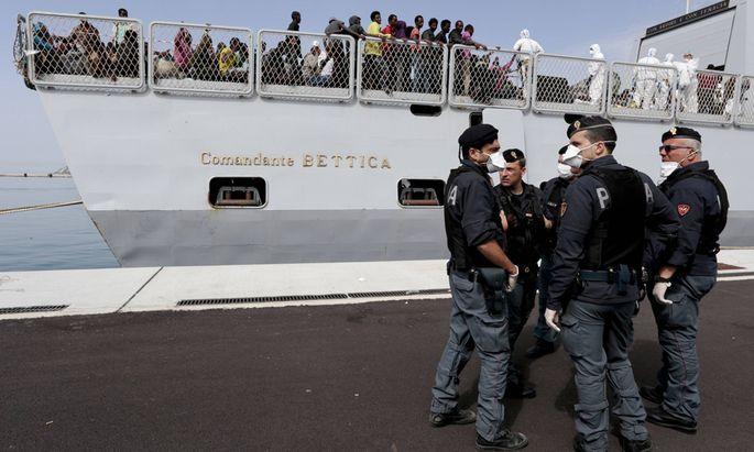 AKTUELLES ZEITGESCHEHEN Schiff mit Fl�chtlingen erreicht Hafen im italienischen Salerno May 5 2015