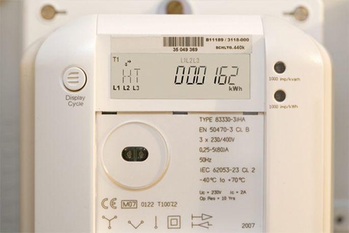 Deutschland: Moderner, sogenannter intelligenter, digitaler Stromzaehler mit Fernauslesbarkeitfunktion des Energieunternehmens Vattenfall,