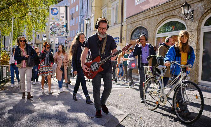 Die Salzburger staunten über Klangspaziergänge, bei denen Musiker im Gehen spielten.