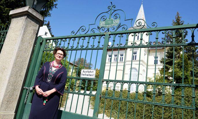 """Marie-Theres Arnbom vor der """"NSA-Villa"""". Sie bietet derzeit auch Führungen als """"Buchpräsentation to go""""."""