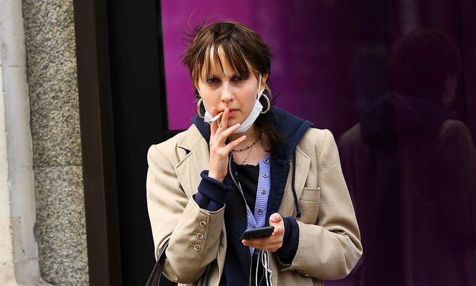 Zum Zusammenhang zwischen dem Rauchen und Covid-19-Erkrankungen gab es zuletzt widersprüchliche Angaben. Jüngste Studien liefern aber eindeutige Ergebnisse (Symbolbild, aufgenommen im März in London).