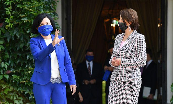 Die Vize-Kommissionspräsidentin der EU, Věra Jourová, und Europaministerin Karoline Edtstadler.