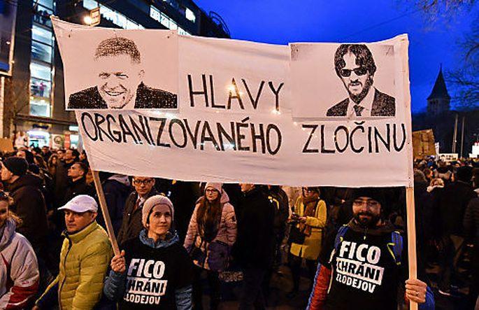 Demonstranten fordern den Rücktritt des Innenministers Kalinak.