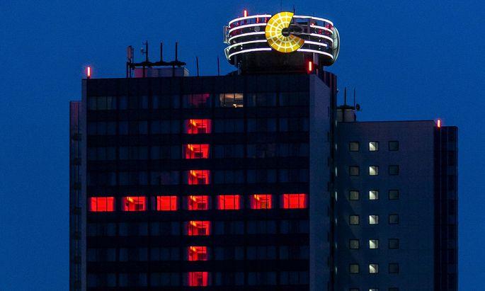 Ein Kreuz aus roten Lichtern an der Fassade des Hotels Dormero im SI-Centrum in Stuttgart wird zum stillen Mahnmal gegen